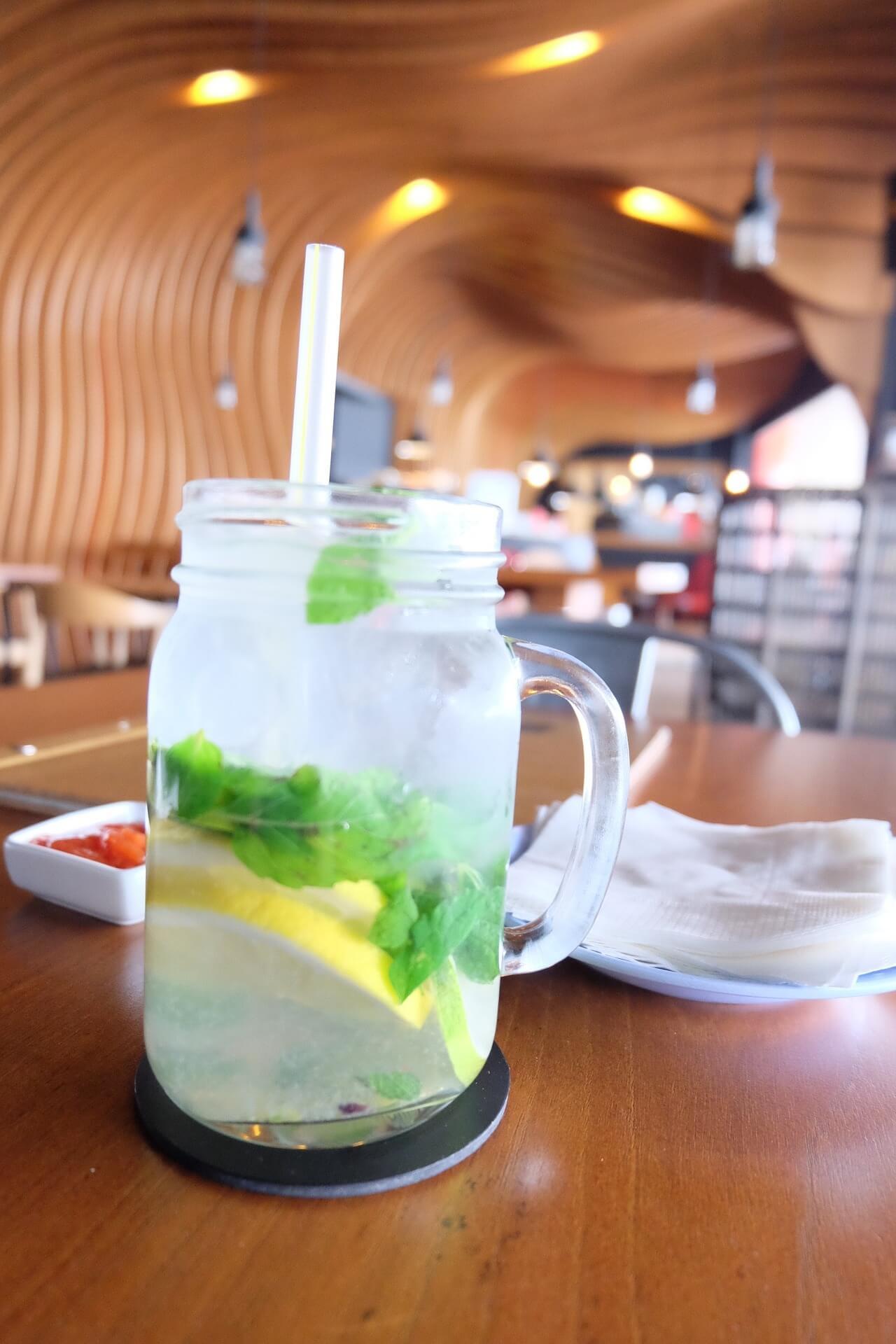 Zitronenlimo im Einmachglas mit Strohhalm